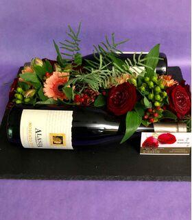 Σύνθεση με λουλούδια και κρασιά (2) Μπουκάλια σε δίσκο.