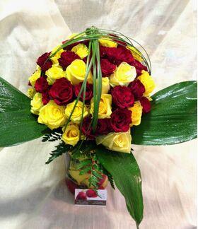 Τριαντάφυλλα (70) τεμ. κόκκινα & κίτρινα σε βάζο με χρώματιστό νερό & ροδοπέταλα.