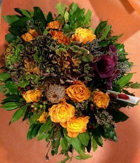 Φθινοπωρινή σύνθεση με λουλούδια σε μικρό καλάθι.Σπέσιαλ