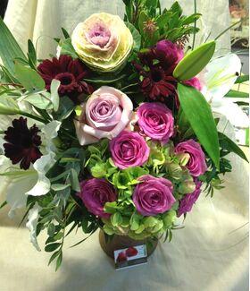 Μπουκέτο με κόκκινα και ροζ άνθη εποχής.Σπέσιαλ.