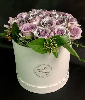 """Ανθοπωλείο. (15) τριαντάφυλλα σε """"Πολυτελές Λευκό ή Μαυρό"""" κουτί 20εκ. χ 20εκ."""