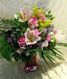 Ανοιξιάτικα λουλούδια σύνθεση σε γυάλινο βάζο. Πολυτελές.
