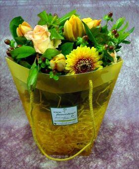 Τσάντα με μπουκέτο λουλουδιών σε νερό.Κίτρινα χρώματα.