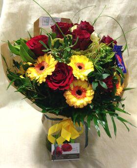 Μπουκέτο με (15)  τριαντάφυλλα + Βάζο.Σπέσιαλ.