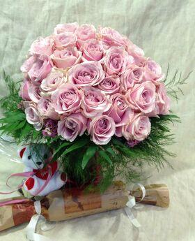 (40) ροζ - φούξια τριαντάφυλλα σε γυάλινο βάζο με χρωματιστό νερό + κρασί + αρκούδος. Πολυτελές.