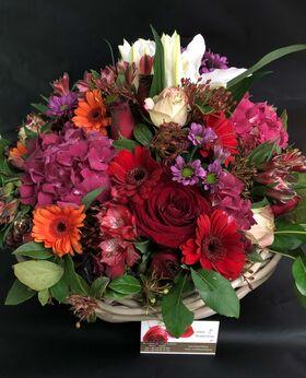 Ανθοπωλείο.Ανοιξιάτικη  Σύνθεση ανθέων με πολύχρωμα  λουλούδια σε καλάθι !!! Πολυτελες.