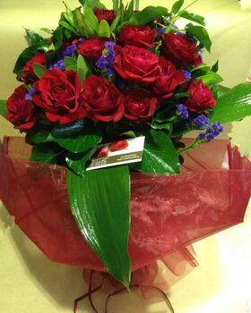 (35) κόκκινα τριαντάφυλλα Α' 60εκ. Ολλανδικά μπουκέτο με πρασινάδες