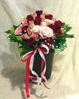 (35) κόκκινα ή ροζ  τριαντάφυλλα Ολλανδικά μπουκέτο με πρασινάδες + Ποιοτικό κεραμικό βάζο. Σούπερ προσφορά .