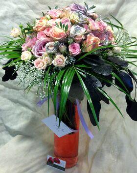 Μπουκέτο με (50) Εξαιρετικά Τριαντάφυλλα σε Παστελ και Ασημί χρώματα. Γυάλινος Κύλινδρος Βάζο με Χρωματισμένο Νερό.