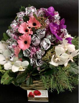 """Σύνθεση """"Μπάλα"""" με λουλούδια σε μεγάλο καλάθι."""