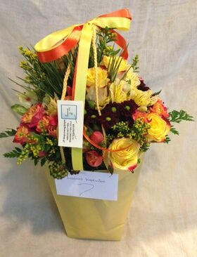 Τσάντα με μπουκέτο λουλουδιών σε νερό.Κίτρινα χρώματα.Εξτρα.