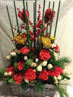 Φθινοπωρινή σύνθεση με λουλούδια σε μεγάλο καλάθι.Πολυτελές.