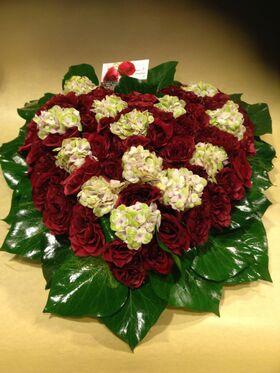 Καρδιά με (50) κόκκινα τριαντάφυλλα