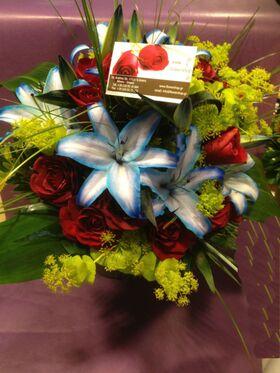 Μπλε Λίλιουμ & Κόκκινα Τριαντάφυλλα Μπουκέτο. Ανθοπωλείο Νέα Σμύρνη