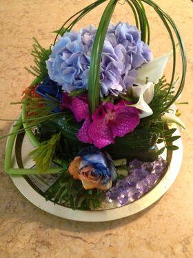 """Ανθοπωλεία. Σύνθεση με λουλούδια """"ουράνιο τόξο"""" σε δίσκο !!!"""