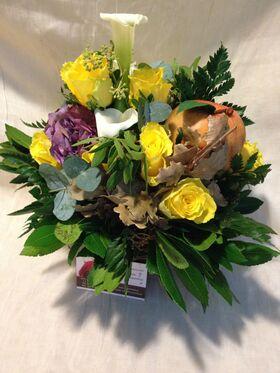 """Φθινοπωρινή σύνθεση με λουλούδια & """"Malus"""" σε μικρό καλάθι"""