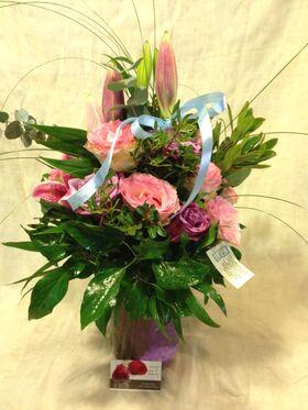 Ανθοδέσμη με λιλά λουλούδια σπεσιαλ  σε βαζο
