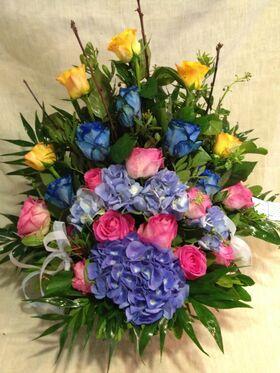Ανθοπωλεία flowershop.gr Καλάθι με πολύχρωμα λουλούδια & πρασινάδες.