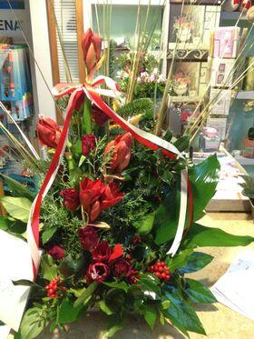 """Σύνθεση με κόκκινα λουλούδια και αξεσουάρ σε κεραμικό ποτ """"paper look"""" - Βάζο"""