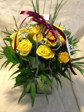 Λουλούδια εποχής σε μοντέρνα τετράγωνη τσάντα με νερό .Σπέσιαλ