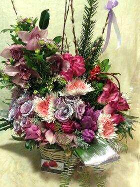 Ανθοπωλείο flowershop.gr Χειμώνας με λουλούδια σε καλάθι για τα Χριστούγεννα.Πολυτελές.