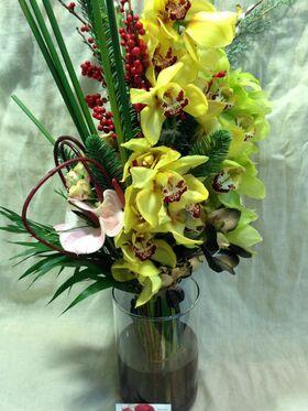 Χειμώνας λουλούδια σύνθεση σε γυάλινο βάζο. Ανθοπωλείο στη Νέα Σμύρνη.