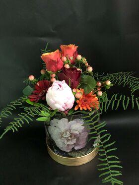 """Ανθοπωλείο. Σύνθεση με λουλούδια και τριαντάφυλλα  σε """"Πολυτελές"""" κουτί 15εκ. χ 15εκ."""