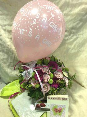 """Σύνθεση  Λουλουδιών  για νεογέννητο. """"Έξυπνο Πακέτο"""" Καλάθι + Κάρτα + Μπαλόνι + Σοκολατάκια."""