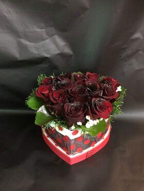 """Ανθοπωλείο. (11) τριαντάφυλλα σε """"Καρδιά"""" κουτί.Σπέσιαλ (15) τριαντάφυλλα."""