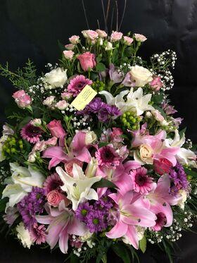 Ανθοπωλείο.Ανοιξιάτικη  Σύνθεση ανθέων με ροζ  λουλούδια σε καλάθι !!! Πολυτελές