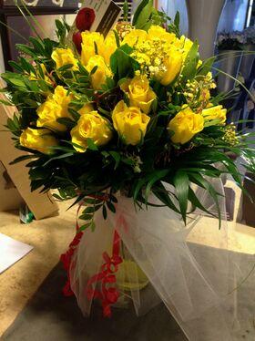 Βάζο με (21) κίτρινα Ολλανδικά τριαντάφυλλα Α' ποιότητος με πρασινάδες
