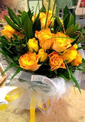 Χρωματιστα τριανταφυλλα σε βαζο
