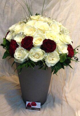 (50) λευκά + κόκκινα τριαντάφυλλα  με πρασινάδες μπουκέτο. Αποστολές Λουλουδιών.