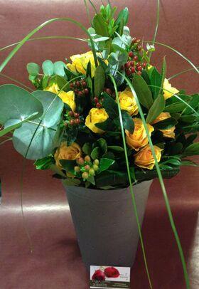Ανθοδέσμη από (20) κίτρινα Ολλανδικά τριαντάφυλλα Α' ποιότητος με πρασινάδες