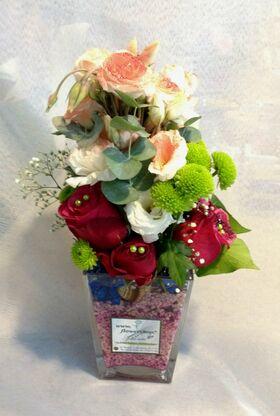 """Βάζο με """"βότσαλα"""" και λουλούδια εποχης"""