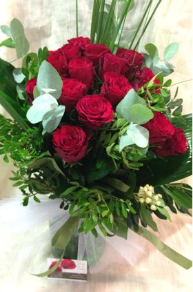 (31) κόκκινα τριαντάφυλλα Ολλανδικά μπουκέτο με πρασινάδες +  Βάζο.Σούπερ προσφορά.