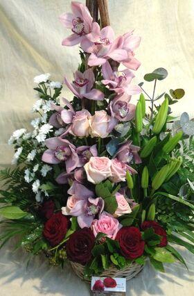 Ανθοπωλείο.Ανοιξιάτικη  Σύνθεση ανθέων με ροζ  λουλούδια σε καλάθι !!!