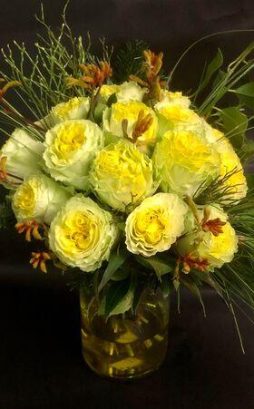 Καλάθι με (21) κίτρινα Ολλανδικά τριαντάφυλλα Α' ποιότητος με πρασινάδες. Πολυτελές σε βάζο.